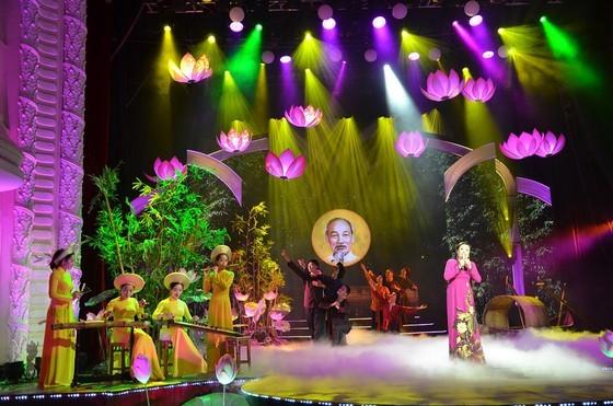 People's Artist Thu Hien sings in the program.
