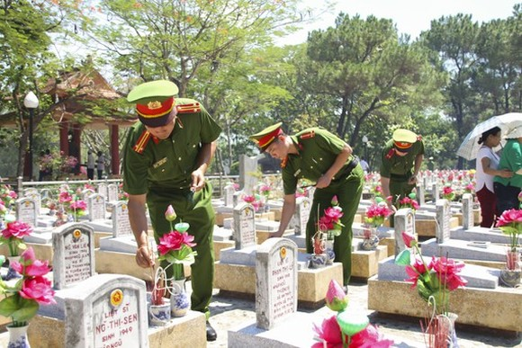 A lot of people flocked to the northern central coastal province of Quang Tri to offer incense and pay floral tributes to fallen soldiers in July. (Photo: SGGP)