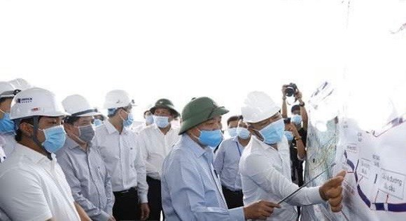 PM Nguyen Xuan Phuc inspects progress on the construction of the Trung Luong - My Thuan Expressway in Tien Giang (Photo: VNA