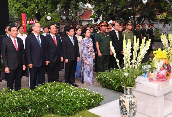 The delegation of leaders of HCMC offer incenses and flowers in commemoration of late President Le Duc Anh at Ho Chi Minh City Martyrs Cemetery.