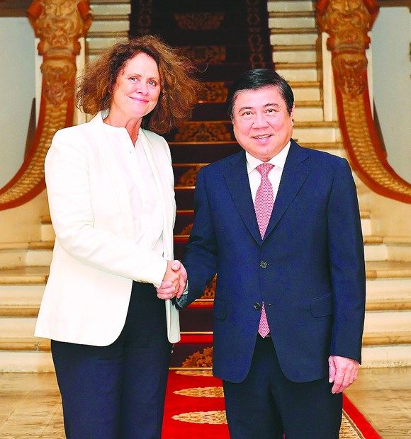 Chairman of the Ho Chi Minh City People's Committee, Nguyen Thanh Phong and Ms. Carolyn Turk , new World Bank Country Director in Vietnam