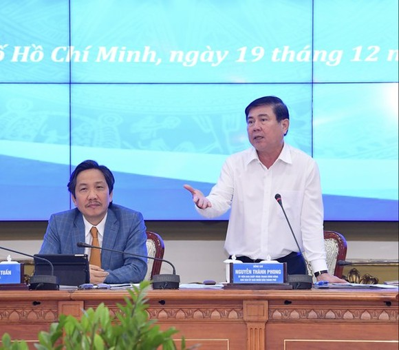 Chairman of the municipal People's Committee, Nguyen Thanh Phong speaks at the meeting. (Photo; SGGP)