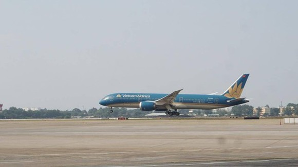 The flight No.VN1828 operated by Vietnam Airlines from Phu Quoc to HCMC is the first aircraft landed on the newly-upgraded runway in Tan Son Nhat Airport. (Photo: SGGP)