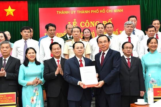 Secretary of the Party Committee of HCMC, Nguyen Van Nen (R) hands over the establishment decision of Thu Duc City Party Committee to Secretary of Thu Duc City Party Committee Mr. Nguyen Van Hieu