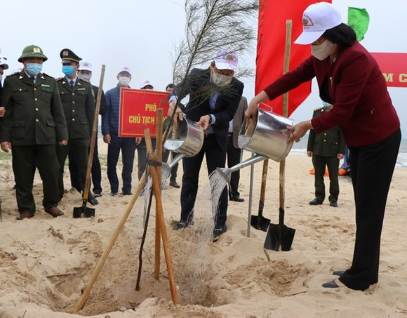Vice President Dang Thi Ngoc Thinh launches a tree-planting movement in Quang Binh Province.