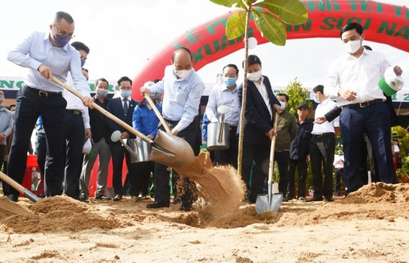 Prime Minister Nguyen Xuan Phuc and leaders of Phu Yen Province attend a tree-planting festival. (Photo: SGGP)