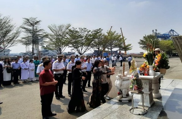 The ceremony commemorating 64 martyrs who died in a battle to protect Gac Ma Island is held in HCMC. (Photo: SGGP)