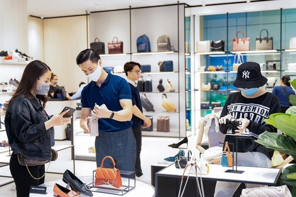 Visitors are shopping in a mall in HCMC. (Photo: SGGP)