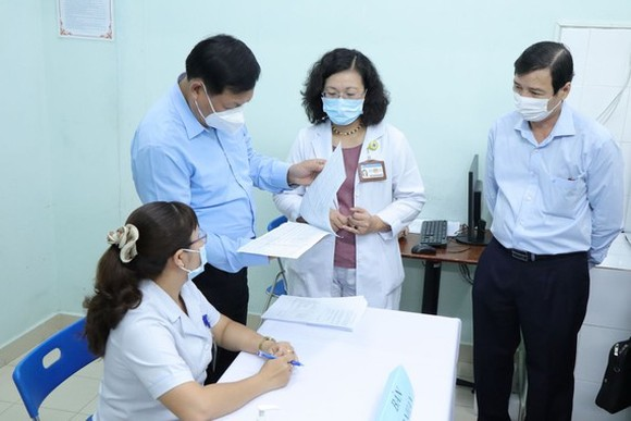Deputy Minister of Health Do Xuan Tuyen inspects the  the implementation of vaccination in Hung Vuong Hospital in HCMC. (Photo: SGGP)