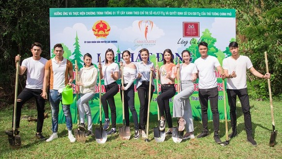Seven beauties that represented Vietnam to compete in Miss Earth beauty pageants over the years participate in a tree planting movement in Lam Dong.