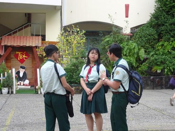 Thí sinh TPHCM thoải mái bước vào môn thi cuối kỳ thi tuyển sinh lớp 10 ảnh 2