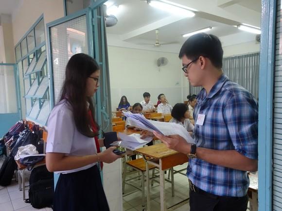 Thí sinh TPHCM thoải mái bước vào môn thi cuối kỳ thi tuyển sinh lớp 10 ảnh 3