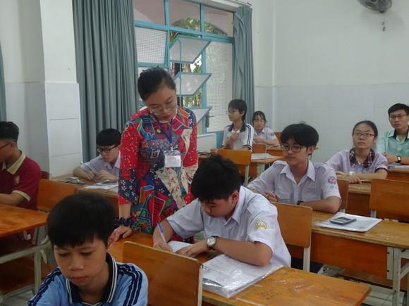 Thí sinh TPHCM thoải mái bước vào môn thi cuối kỳ thi tuyển sinh lớp 10 ảnh 4
