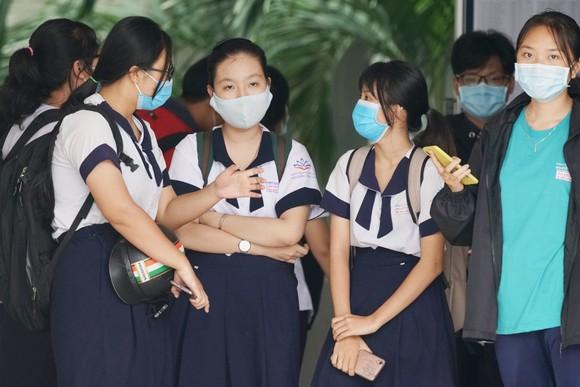 Thí sinh hoàn thành 2 môn Khoa học Tự nhiên và Khoa học Xã hội tại điểm thi trường THPT Võ Văn Kiệt, Quận 8. Ảnh: HOÀNG HÙNG