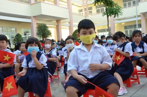 Học sinh Trường Tiểu học Nguyễn An Ninh phấn khởi trong lễ khánh thành và khai giảng năm học mới