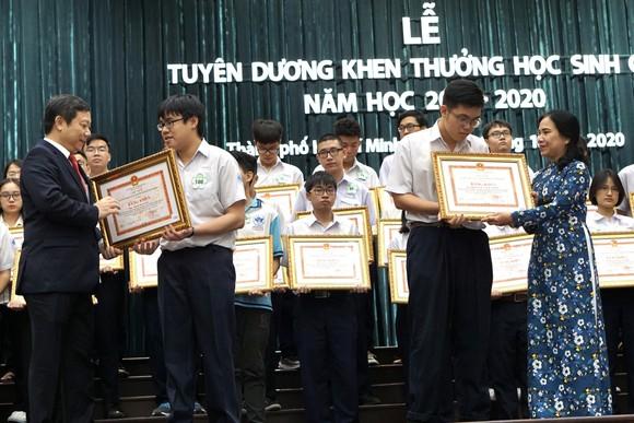 TPHCM tuyên dương gần 1.000 học sinh giỏi năm học 2019-2020 ảnh 6