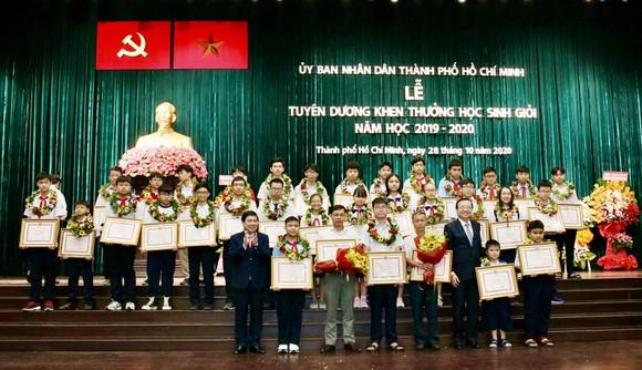 TPHCM tuyên dương gần 1.000 học sinh giỏi năm học 2019-2020 ảnh 4
