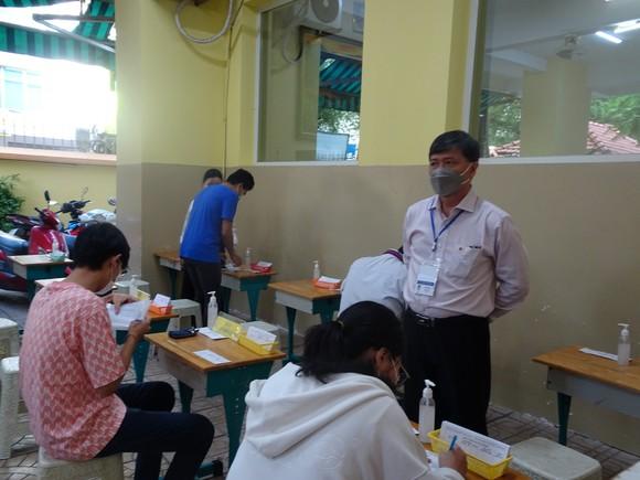 Lãnh đạo Sở GD-ĐT TPHCM kiểm tra việc lấy mẫu xét nghiệm thí sinh kỳ thi tốt nghiệp THPT ảnh 1