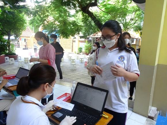 Lãnh đạo Sở GD-ĐT TPHCM kiểm tra việc lấy mẫu xét nghiệm thí sinh kỳ thi tốt nghiệp THPT ảnh 2