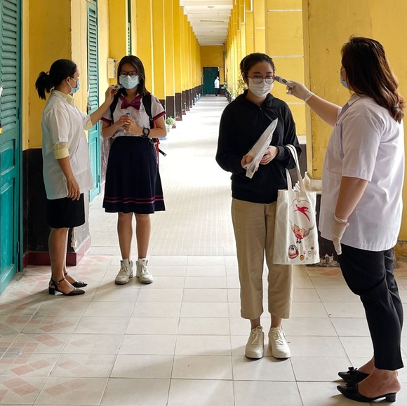 Chủ tịch UBND TPHCM Nguyễn Thành Phong động viên tinh thần thí sinh trước kỳ thi tốt nghiệp THPT ảnh 6