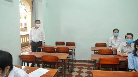 Chủ tịch UBND TPHCM Nguyễn Thành Phong động viên tinh thần thí sinh trước kỳ thi tốt nghiệp THPT ảnh 4