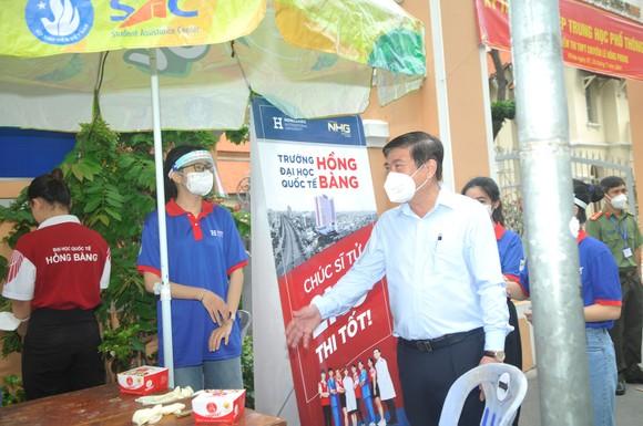 Chủ tịch UBND TPHCM Nguyễn Thành Phong động viên tinh thần thí sinh trước kỳ thi tốt nghiệp THPT ảnh 3