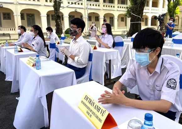 Lễ khai giảng đặc biệt với nhiều xúc động tại Trường THPT chuyên Lê Hồng Phong ảnh 4