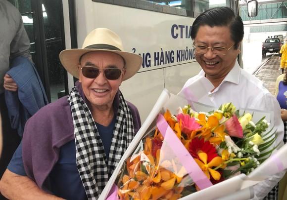 Ông Trương Quang Hoài Nam, Phó Chủ tịch UBND TP Cần Thơ đón tiếp ông Joe Lewis và đoàn. Ảnh: PHAN TÍN