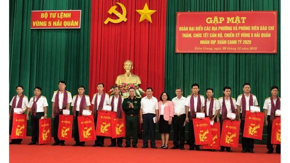Đoàn công tác các tỉnh, thành phố tặng quà cho các đơn vị thuộc Vùng 5. Ảnh: TÍN HUY