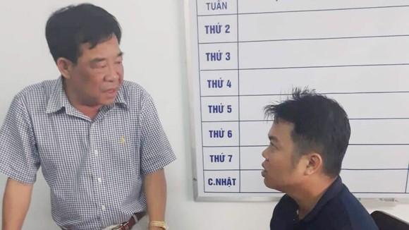 Đại tá Phan Thanh Quân, Phó Giám đốc Công an tỉnh Trà Vinh làm việc với đối tượng Nguyễn Quốc Toàn bị bắt quả tang tại huyện Thốt Nốt, TP Cần Thơ. Ảnh: Công an Trà Vinh cung cấp