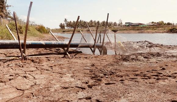 Ảnh hưởng bởi hạn mặn, hồ chứa nước ngọt tại Bến Tre sắp khô cạn ảnh 3
