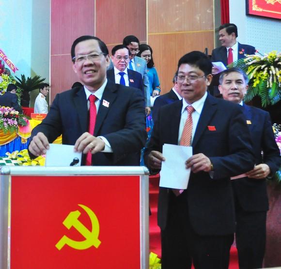 Đồng chí Phan Văn Mãi (bìa trái) tái đắc cử Bí thư Tỉnh ủy Bến Tre nhiệm kỳ 2020-2025. Ảnh: TÍN HUY