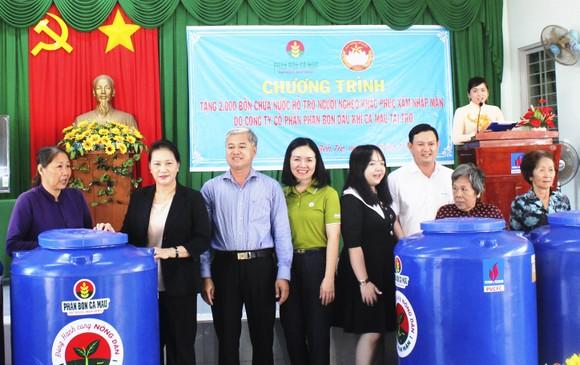 Trao tặng 2.000 bồn nước cho người dân vùng hạn mặn Bến Tre ảnh 1