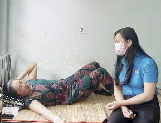 LĐLĐ tỉnh ân cần thăm hỏi sức khỏe của các công nhân bị ngộ độc nặng đang nằm điều trị tại bệnh viện. Ảnh: TÍN HUY