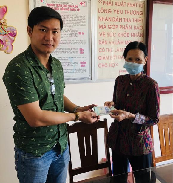 Báo Sài Gòn Giải Phóng trao tiền hỗ trợ cho vợ chồng già mắc bệnh hiểm nghèo ảnh 1