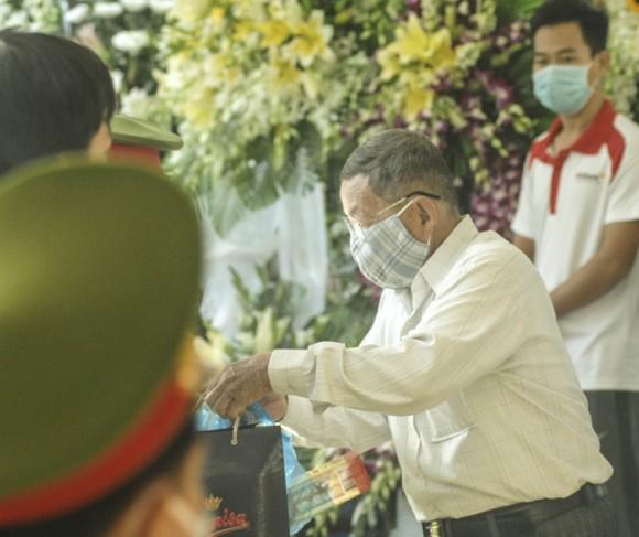 Đông đảo người dân đến viếng đồng chí Trương Vĩnh Trọng  ảnh 6
