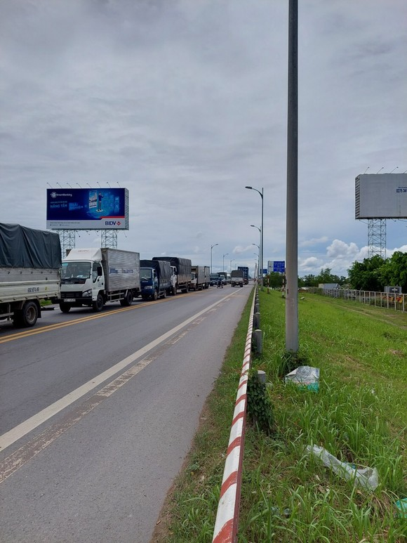 Xe qua cầu Rạch Miễu ùn ứ kéo dài một chiều từ Tiền Giang về Bến Tre ảnh 3