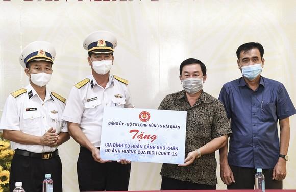 Bộ Tư lệnh Vùng 5 Hải quân tặng nhu yếu phẩm cho người dân ảnh 1