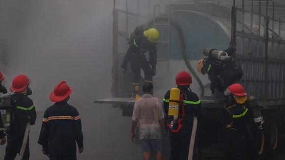 Xe chở hóa chất độc hại bất ngờ bốc khói hàng chục mét ảnh 1