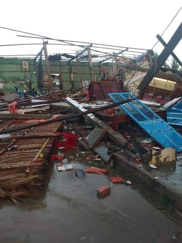 Bến Tre: Lốc xoáy làm sập và tốc mái nhiều căn nhà ảnh 2