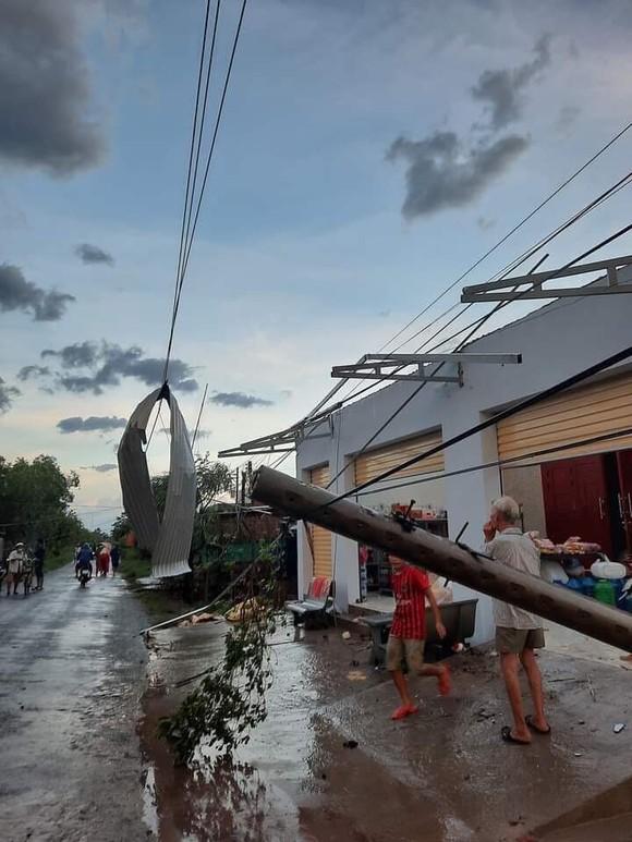 Bến Tre: Lốc xoáy làm sập và tốc mái nhiều căn nhà ảnh 1