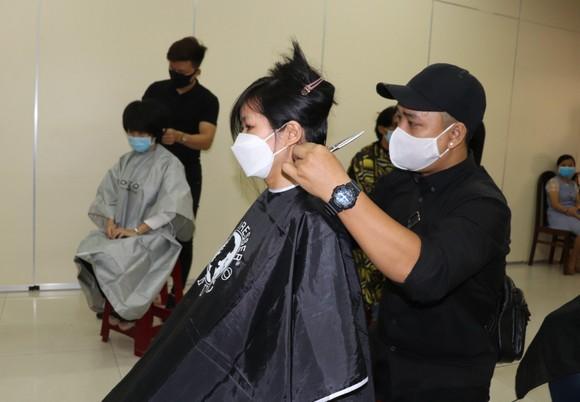 Trao sổ tiết kiệm, cắt tóc miễn phí cho người lao động ảnh 2