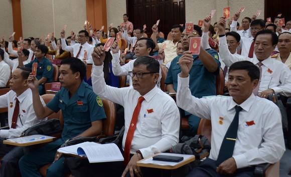 Đại biểu tham dự Đại hội Đảng bộ quận Tân Phú thông qua Nghị quyết nhiệm kỳ mới