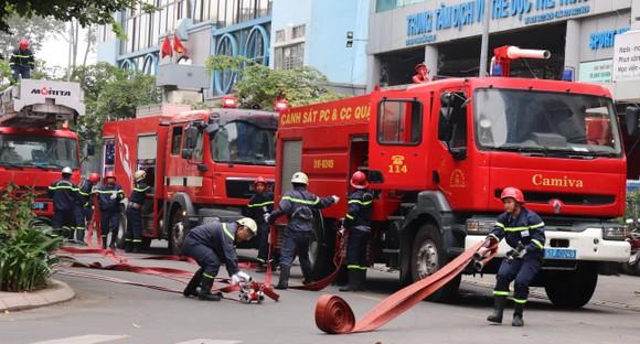 Hơn 2.350 người diễn tập chữa cháy tại tòa nhà cao tầng ảnh 1