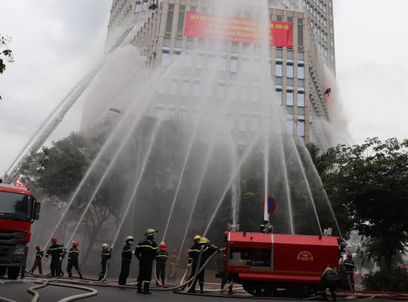 Hơn 2.350 người diễn tập chữa cháy tại tòa nhà cao tầng ảnh 4