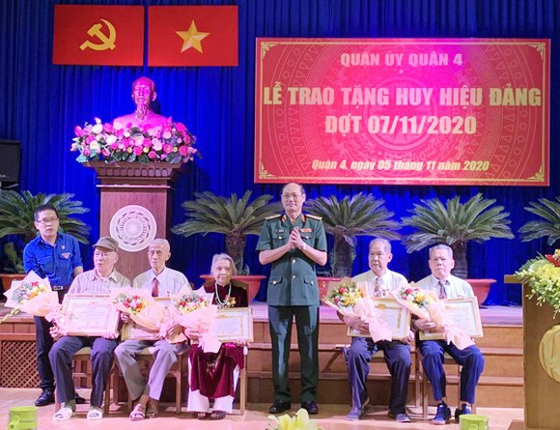 Trao Huy hiệu Đảng cho các đảng viên cao tuổi Đảng ảnh 3
