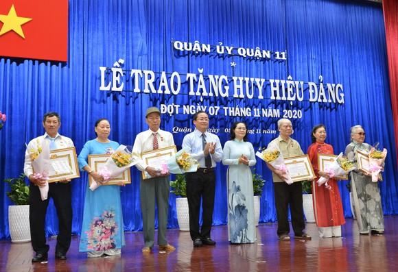 Đồng chí Nguyễn Thị Lệ, Phó Bí thư Thành ủy, Chủ tịch HĐND TPHCM trao huy hiệu Đảng cho các đảng viên tại quận 11. Ảnh: VIỆT DŨNG