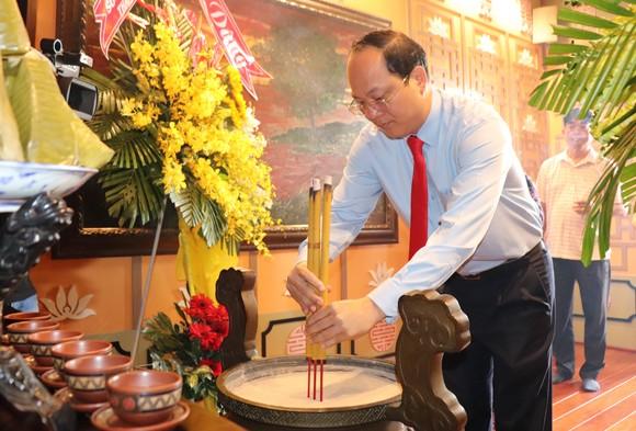 Đồng chí Nguyễn Hồ Hải, Phó Bí thư Thành ủy TPHCM dâng hương tưởng niệm Chủ tịch Tôn Đức Thắng
