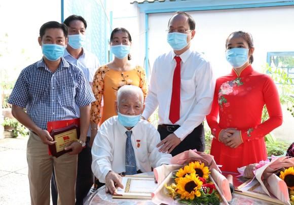 Đồng chí Nguyễn Hồ Hải trao Huy hiệu Đảng cho đảng viên cao tuổi tại quận 6 ảnh 5