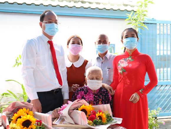 Đồng chí Nguyễn Hồ Hải trao Huy hiệu Đảng cho đảng viên cao tuổi tại quận 6 ảnh 1